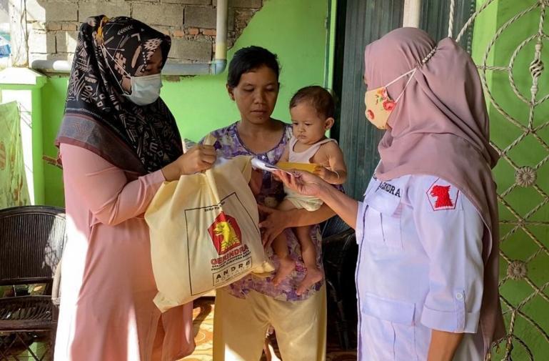 Wakil Ketua DPD Gerindra Sumbar, Nurhaida serahkan bantuan biaya pengobatan Rehan, dari Andre Rosiade. (Dok : Istimewa)