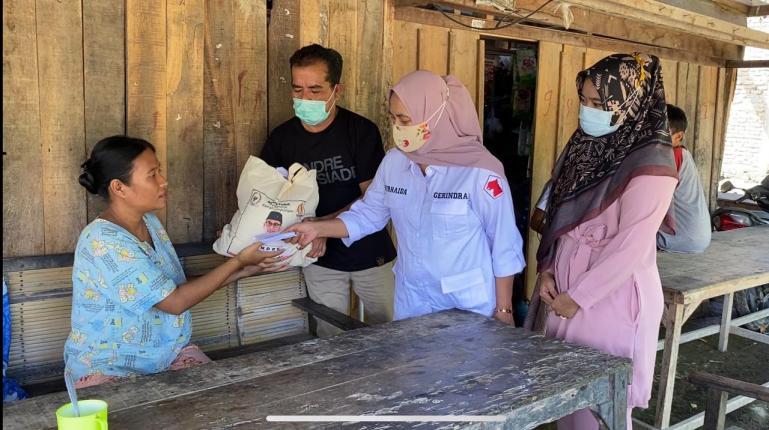 Tim Gerindra Sumbar menyerahkan bantuan uang tunai dan sembako dari anggota DPR RI Andre Rosiade kepada Ermita di Kampung Tangah, Kuranji, Kota Padang.