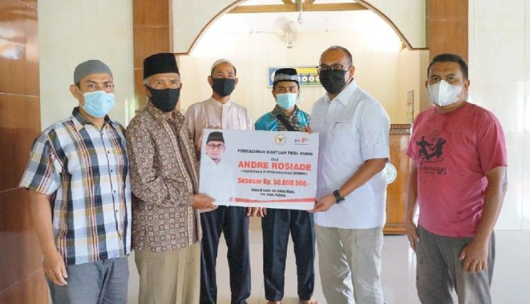 Anggota DPR RI, Andre Rosiade saat serahkan bantuan untuk Masjid Al Jadid, Kelurahan Limau Manis, Kecamatan Pauh, Padang. (Dok : Istimewa)