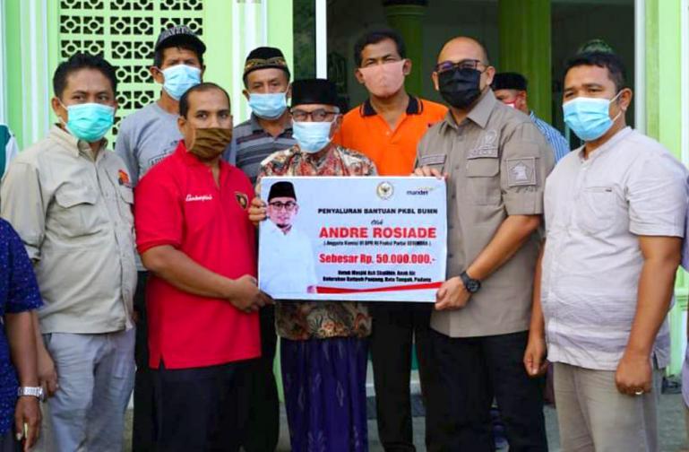 Anggota DPR RI Andre Rosiade menyerahkan bantuan untuk pembangunan Masjid Ash ShalihinAnak Air, Kelurahan Batipuh Panjang, Kecamatan Kototangah, Padang beberapa waktu lalu.