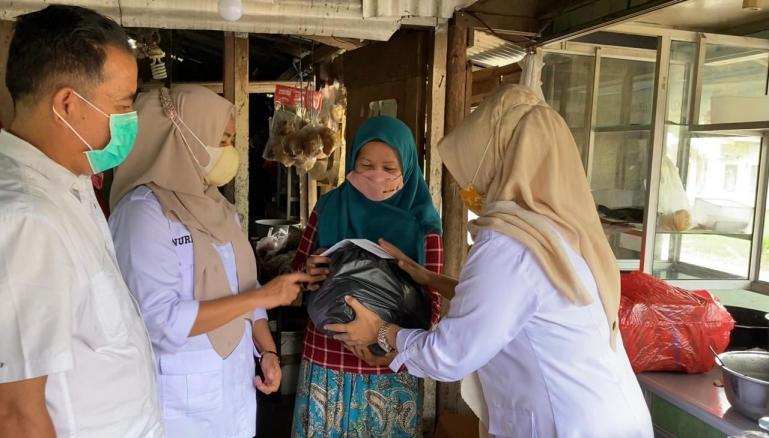 Pengurus Gerindra Sumbar menyerahkan bantuan dari anggota DPR RI Andre Rosiade kepada keluarga Irwanto di Lubukkilangan, Padang.