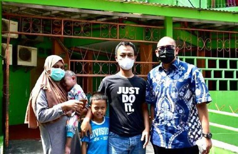 Anggota DPR RI Andre Rosiade bersama keluarga balita kelainan jantung asal Padang yang dirawat di RS Jantung Harapan Kita Jakarta. (Dok : Istimewa)