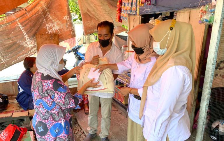 Pengurus DPD Gerindra Sumbar menyerahkan bantuan kepada Yani di rumahnya di Rawang, Padang Selatan, Selasa (27/7).
