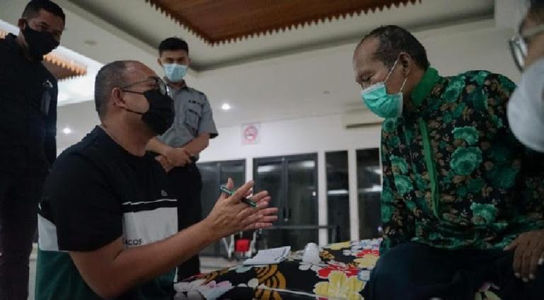 Andre Rosiade berdialog dengan Ujang yang sempat terlunta-lunta di Jakarta dan akan dipulangkan ke Padang, Sumbar. (Dok : Istimewa)