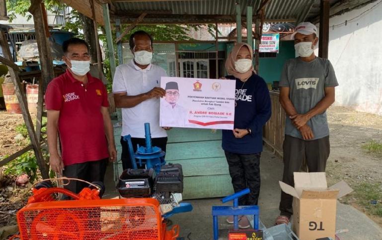 Pengurus DPD Gerindra Sumbar Nurhaida dan Zulkifli serahkan peralatan bengkel dari Andre Rosiade untuk Ujang dan Erwin di KM 10 Bypass, Kuranji, Padang, Sabtu (7/8). (Dok : Istimewa)