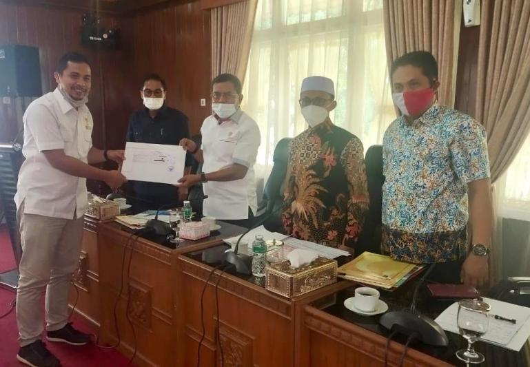 Ketua KI Sumbar Nofal Wiska serahkan timeline program kerja KI hingga Desember 2020 kepada Ketua Komisi I DPRD Sumbar Syamsul Bahri, Selasa (22/9). (Dok : Istimewa)