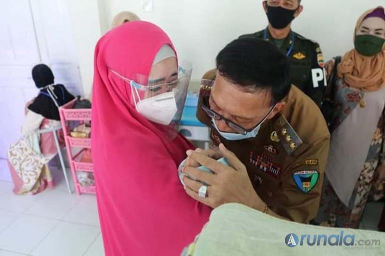 Anggota DPR RI, Lisda Hendrajoni saat melihat kondisi bayi perempuan yang dibuang orang tidak dikenal di RSUD M Zain Painan, Jumat (28/8). (Foto : Snm)