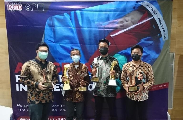 Givo Alputra bersama para pemenang lainnya saat menerima penghargaan 'Photo of The Year' Anugerah Pewarta Foto Indonesia (APFI) 2021, di Jakarta, Jumat (2/4). (Dok : Istimewa)