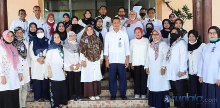 Kepala Balai Bahasa Sumbar Aminulatif bersama stafnya di Kantor Balai Bahasa Sumbar. (Foto : Amz)