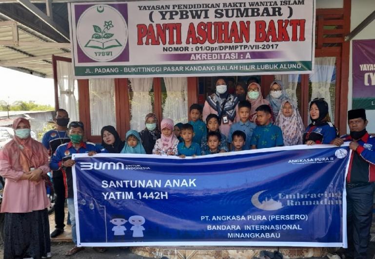 PT AP II BIM menyerahkan santunan kepada 300 orang anak yatim yang ada di Kanagarian Katapiang dan Kecamatan Lubuk Alung, Senin (3/5). (Dok : Istimewa)