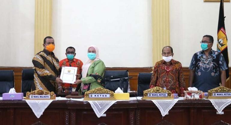 Wakil Wali Kota Pariaman, Mardison Mahyuddin menerima dokumen pengesahan Perda APBD Perubahan 2020 dari Ketua DPRD, Fitri Nora, Sabtu (19/9). (Dok : Istimewa)