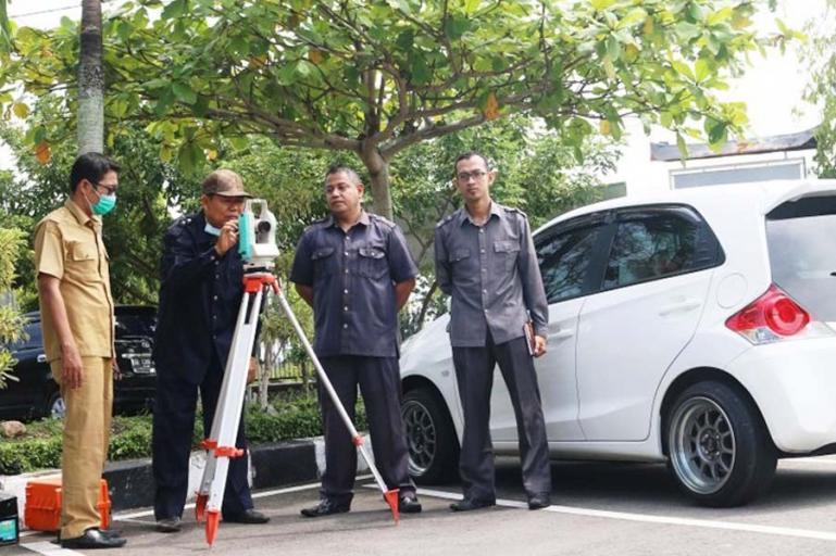 Panitia Peringatan Hari Besar Islam (PHBI) Kota Pariaman melakukan pengukuran arah kiblat di Halaman Balaikota Pariaman, Selasa (11/5). (Dok : Istimewa)