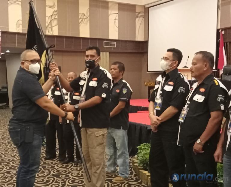 Arifin Budhi Andono Jayawardhana saat menerima Pataka NTC Sumbar dari Kepala Dinas Perdagangan Kota Padang, Andree Algamar, usai Mubes III NTC Sumbar, Sabtu (27/3). (Foto : Arzil)