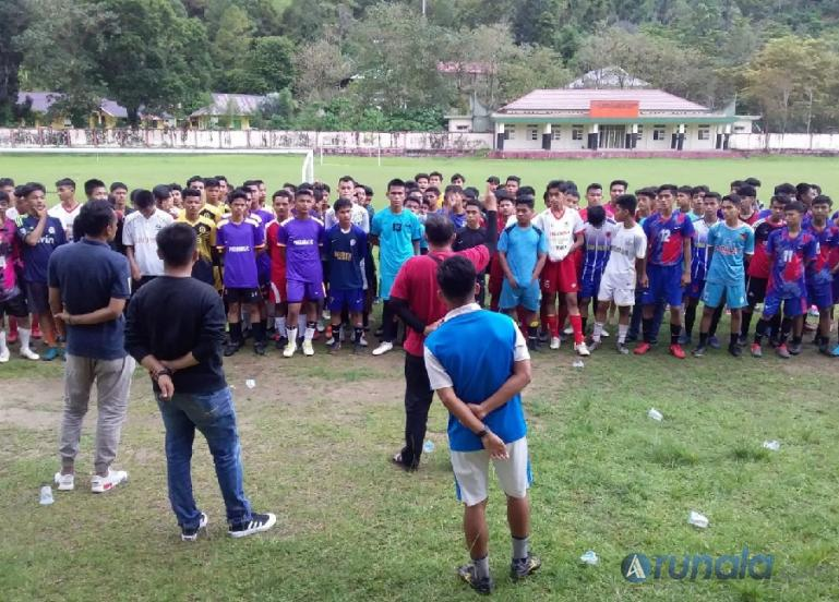 Ketua Harian ASKAB PSSI Pessel, Toni Mardianto berikan arahan pada pemain yang ikut seleksi untuk Soeratin Cup, Minggu (26/9). (Foto : SNM)