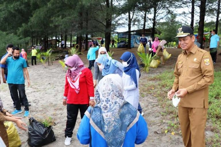 Wali Kota Pariaman, Genius Umar meninjau kegiatan gotong royong membersihkan kawasan pantai jelang datangnya Menteri KKP ke kota itu. Senin (31/5). (Dok : Istimewa)