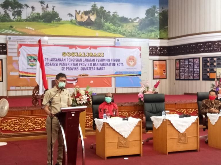 Gubernur Irwan Prayitno saat beri sambutan Dalam Sosialisasi Pelaksanaan Pengisian Jabatan Pemimpin Tinggi Instansi Pemprov Sumbar di Aula Kantor Gubernur, Senin (10/8). (Dok : Istimewa)