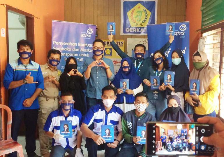 Pihak Asuransi Astra bersama anggota Gertakin Padang usai penyerahan bantuan, Rabu (23/9). (Foto : Can)