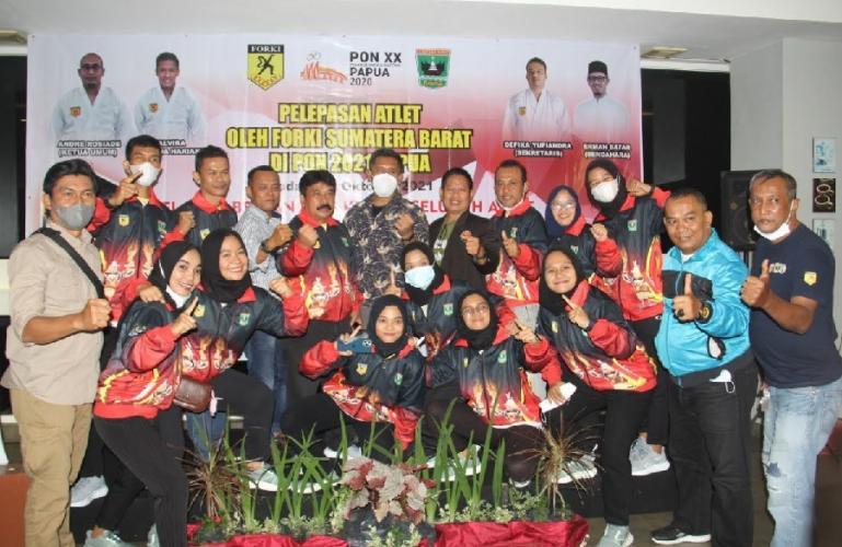 Pengurus Forki Sumbar bersama para atlet karateka yang siap bertanding di PON XX Papua, Sabtu (3/10). (Dok : Istimewa)