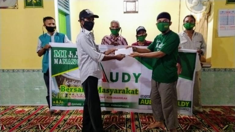 Tim Audy Joinaldy saat serahkan bantuan kepada pengurus Mushala Nurul Hikmah Sungai Loban, Kota Sawahlunto, Kamis (25/6) lalu. (Dok : Istimewa)
