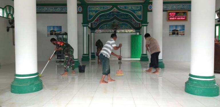 Anggota Babinsa Koramil 04/Lengayang bersama warga bersihkan Masjid Nurul Mu'min yang sempat direndam banjir dan lumpur, Minggu (1/11). ( Foto : Rio)