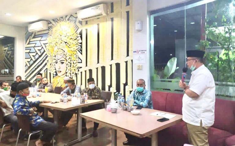 Nasrul Abit saat melakukan silaturami dengan sejumlah Mubalig asal Pessel di Padang, Selasa (3/11). (Dok : Istimewa)