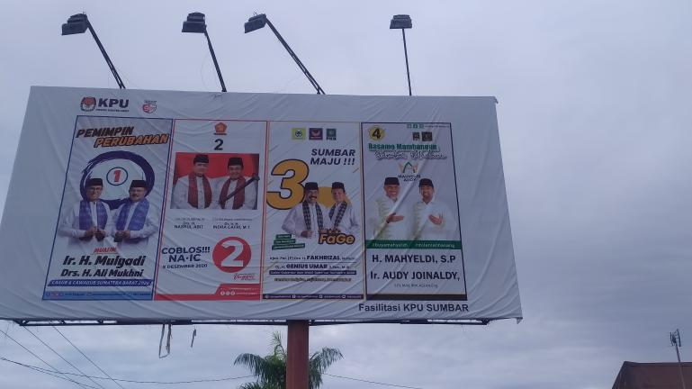 Baliho Cagub dan Cawagub Sumbar yang terpasang di Jalan Moh Hatta, Padang, Senin (9/11). (Foto : Arzil)