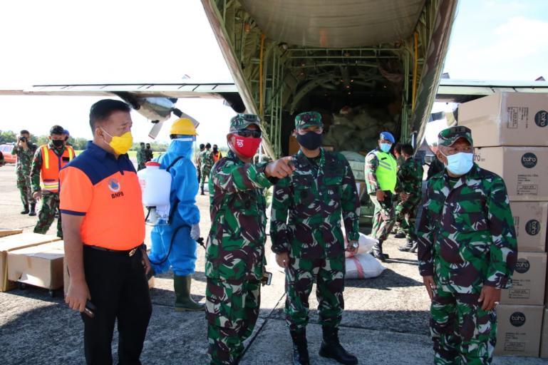Kasiops Korem 032/Wirabraja Kolonel Inf Sugiono bersama jajaran lainnya lihat proses pendistribusian APD di LanudSutan Syahrir Padang, Sabtu (18/4). ( Foto : Dyz)