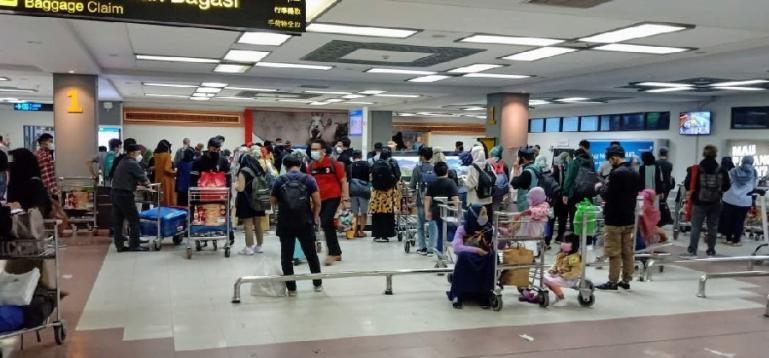 Suasana para penumpang pesawat yang baru sampai ke Padang di terminal kedatangan BIM pada Rabu (5/5) malam sekitar pukul 21.35 WIB. (Dok : Istimewa)