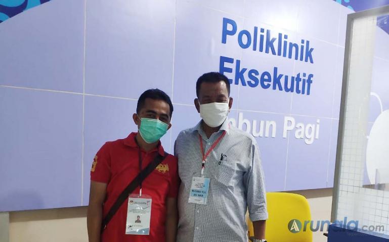 Bapaslon Rusma Yul Anwar dan Rudi Hariyansyah usai jalani rangkaian pemeriksaan kesehatan di RSU M Djamil Padang, Rabu malam (9/9). (Foto : Rio)