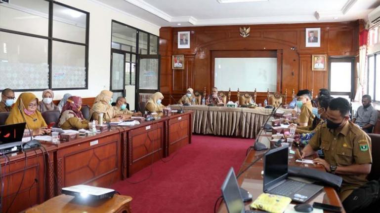 Bappeda Pariaman saat rapat bersama pokja Pusat Studi Lingkungan Hidup (PSLH) Universitas Andalas (Unand) pimpinan, Ardinis Arbain, Senin (16/8). (Dok : Istimewa)