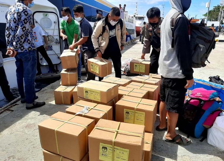 Logistik berupa surat suara Pilgub Sumbar saat sampai di Pelabuhan Tuapejat Mentawai, Jumat siang (27/11). (Dok : Istimewa)