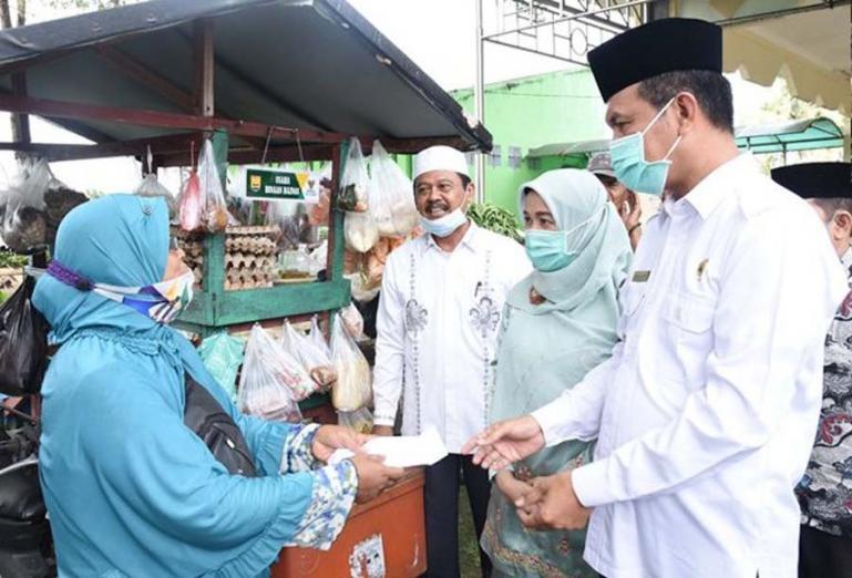 Wali Kota Genius Umar menyerahkan bantuan modal dari Baznas kepada para pedagang sayur keliling di kota itu, Rabu (6/1). (Dok : Istimewa)