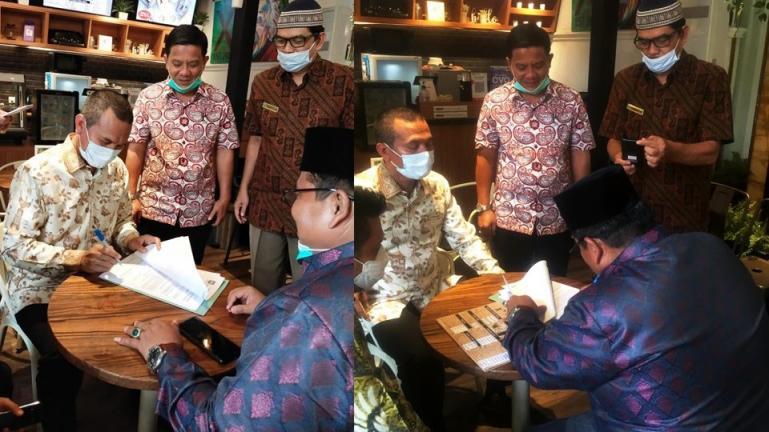 Wako Genius Umar dan Bupati Suhatri Bur menandatangani kesepakan tapal batas wilayah masing-masing di Jakarta, Selasa sore (2/3). (Dok : Istimewa)