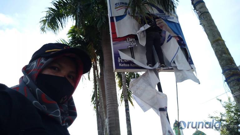 Anggota Bawaslu Kota Padang lakukan penertiban APK paslon gubernur dan wakil gubernur di beberapa titik di Kota Padang, Rabu (14/10). (Foto : Can)