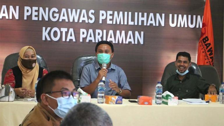 Anggota Bawaslu Kota Pariaman, Ulil Amri memaparkan materi rakor terkait iklan kampaye Pilgub Sumbar, Selasa (17/11).  (Dok : Istimewa)