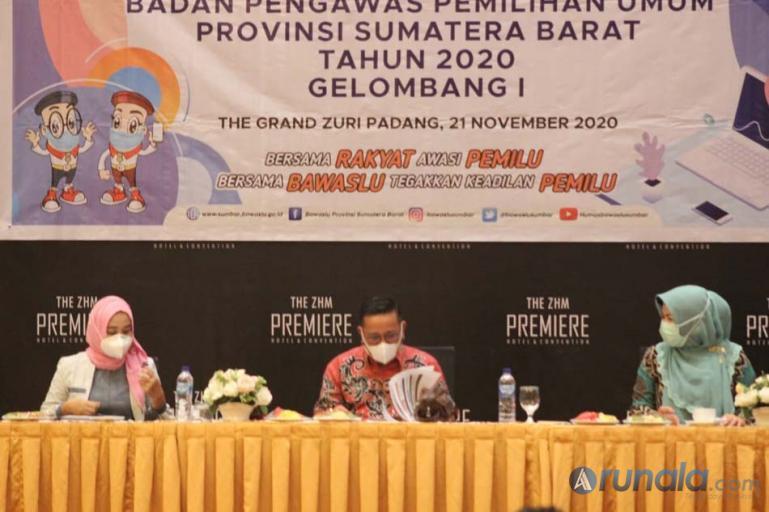 Bawaslu Sumbar bersama KI Sumbar ketika sosialisasi pelayanan data dan informasi publik di Hotel Grand Zuri Padang, Sabtu (21/11). (Dok : Arzil)