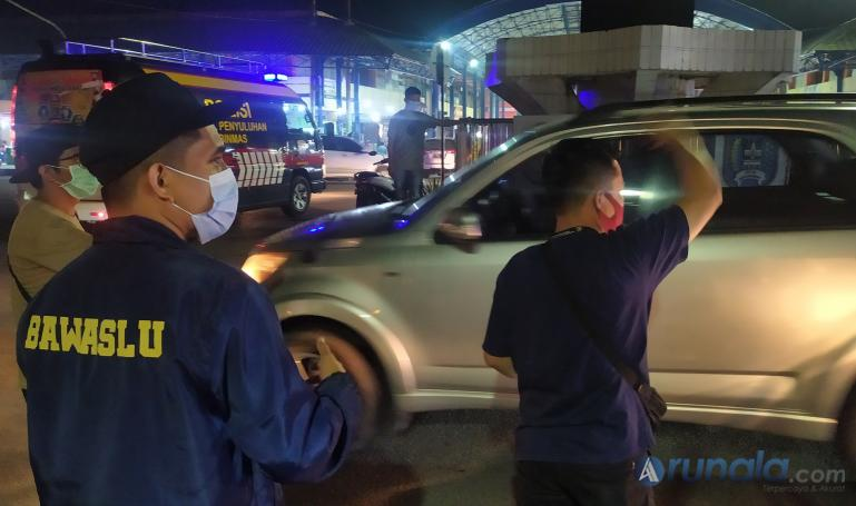 Tim dari Bawaslu Sumbar dan Kota Payakumbuh berikan selebaran berikan imbauan anti politik uang pada pilkada 2020 di kota itu, Minggu malam (6/12). ( Foto : Arzil)