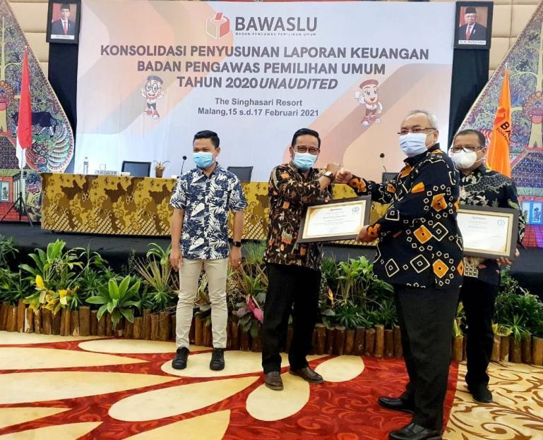 Kepala Kesekretariatan Bawaslu Sumbar, Karnalis Kamaruddin saat terima penghargaan dari Sekjen Bawaslu RI Gunawan Suswantoro, Rabu (17/2). (Dok : Istimewa)