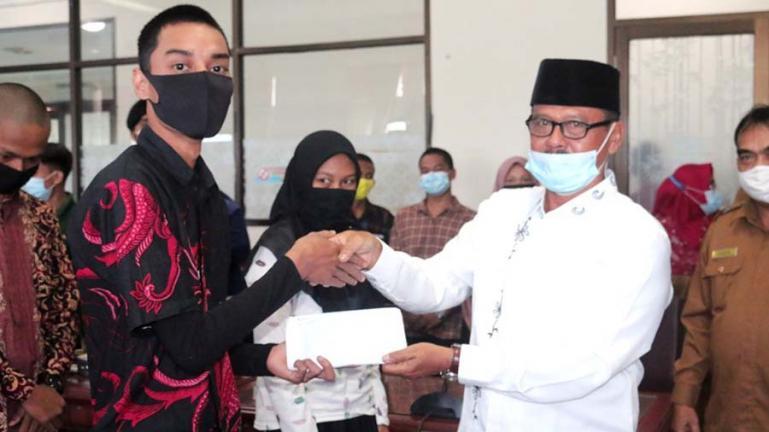 Ketua Baznas Kota Pariaman Jamohor salurkan zakat pendidikan untuk program Pariaman Cerdas Saga Saja, Selasa (27/10). (Dok : Istimewa)