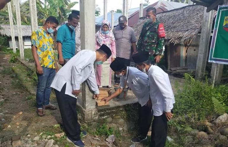 Ketua Baznas Padangpariaman Rahmat Tk Sulaiman saat menyaksikan pelaksanaan program RTLH di Ulakan Tapakis, Jumat (2/7). (Dok : Istimewa)