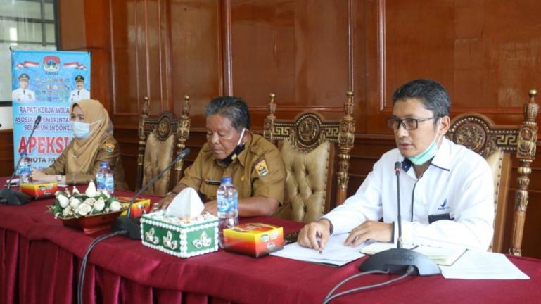 Kepala BBPOM Sumbar, Firdaus Umar didampingi Asisten II Setko Pariaman, Sumiramis dalam sosialisasi program Desa Pangan Aman di Pariaman, Selasa (9/2). (Dok : Istimewa)