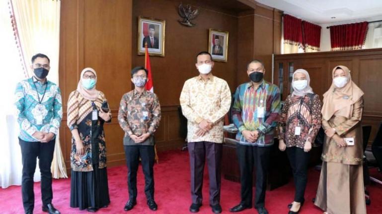 Wali Kota Pariaman, Genius Umar bersama Kacab Utama BCA Padang, Robert Siahaan bersama jajarannya di ruang kerja wali kota, Kamis (19/8). (Dok : Istimewa)