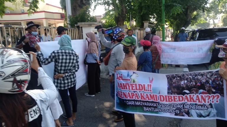 Belasan nelayan dari Kecamatan Koto Tangah, Padang saat sampaikan aspirasi mereka di depan Kantor DPRD Kota Padang, Senin (15/6). (Foto : Can)