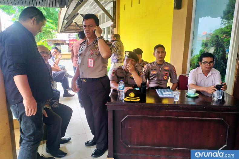 Kompol Arsyal bersama personelnya sedang lakukan pengamanan saat proses penyerahan syarat dukungan bakal calon berlangsung, Rabu siang (19/2). (amz)