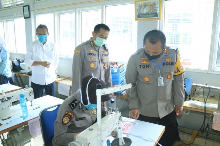 Kapolda Sumbar, Irjen Pol Toni Harmanto saat mengunjungi para personelnya yang latihan menjahit di BLK Padang, Selasa (24/4). (Foto : Dyz)