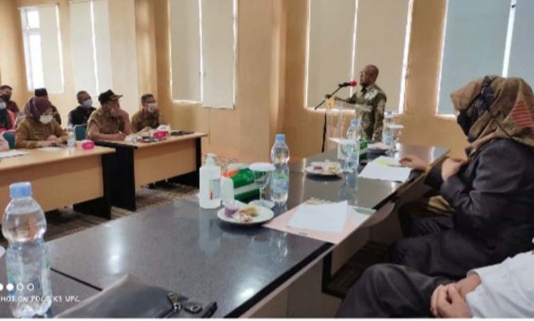 Wakil Ketua Komisi Informasi (KI) Sumbar, Arif Yumardi saat beri penjelasan dalam bimtek Penyelesaian Sengketa Informasi (PSI), di ruang pertemuan Kantor Bupati Dharmasraya, Selasa (25/5). (Dok : Istimewa)