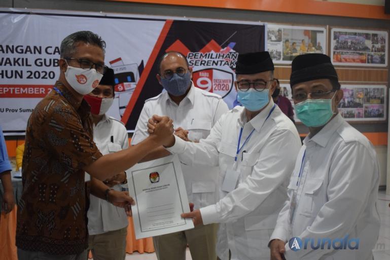 Paslon Nasrul Abit-Indra Catri saat menerima tanda terima atas lengkapnya persyaratan pencalonan dari Komisioner KPU Sumbar Izwaryani, Sabtu (5/9). (Foto : Amz)