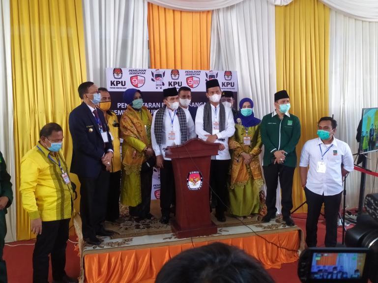 Paslon Fakhrizal-Genius Umar saat beri keterangan pers seusai mendaftar ke KPU Sumbar, Minggu (6/9). (Foto : Amz)