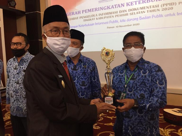 Pjs Bupati Pessel, Mardi serahkan penilaian Anugerah Keterbukaan Informais Publik tingkat Pessel kepada Direktur RS M Zein Painan, Selasa (10/11). (Dok : Istimewa)