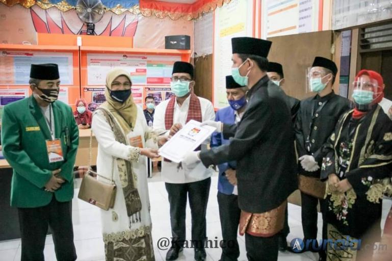 Bapaslon Bupati dan Wakil Bupati Tanahdatar, Bety Sadiq Pasadigoe dan Edytiawarman Dt Tan Mudo saat mendaftar ke KPU Tanahdatar, Sabtu (5/9). (Foto : MA Datuk)